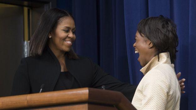 Michelle Obama invitó al escenario a Margot Lee Shetterly, tras la presentación de su película en la Casa Blanca. AFP