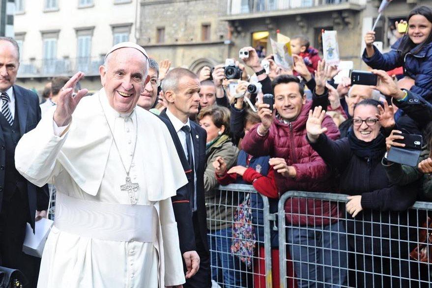 El papa Francisco saluda a los feligreses que le aguardaban a su llegada a Florencia, Italia. (Foto Prensa Libre: EFE).