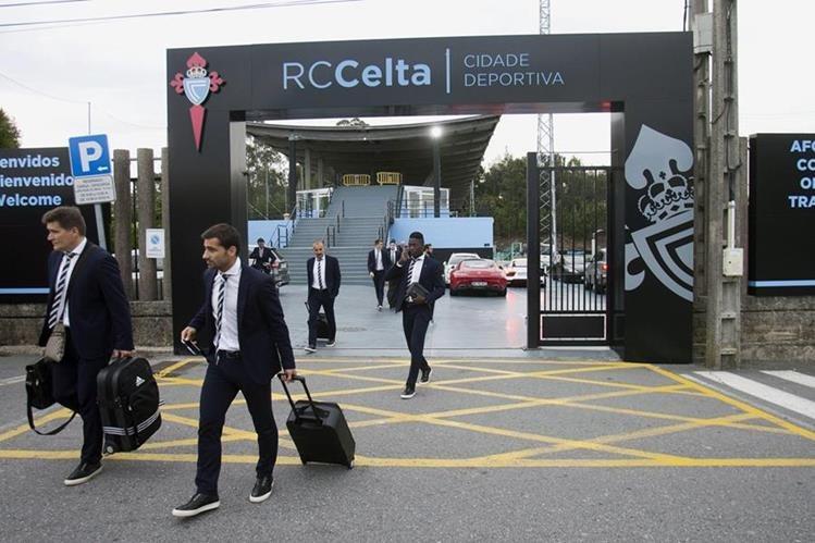 Los jugadores del Celta viajaron este miércoles para enfrentar mañana al Genk. (Foto Prensa Libre: EFE)