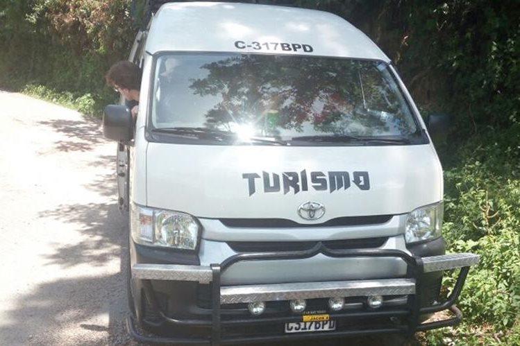 En este bus viajaban los turistas. (Foto Prensa Libre: Ángel Julajuj)