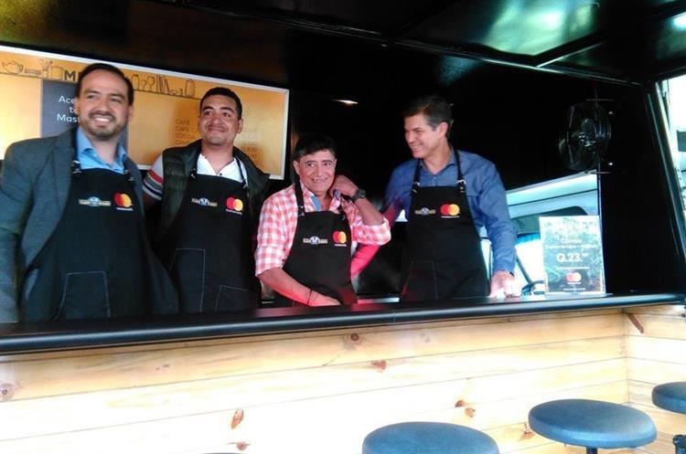 Los propietarios de Flame Burger Juan Carlos Calderon y su hijo Sergio, al centro, junto a los ejecutivos de Master Card Luis Díaz y Gabriel Balzaretti en la renovada camionetilla. (Foto, Prensa Libre: Rosa María Bolaños)