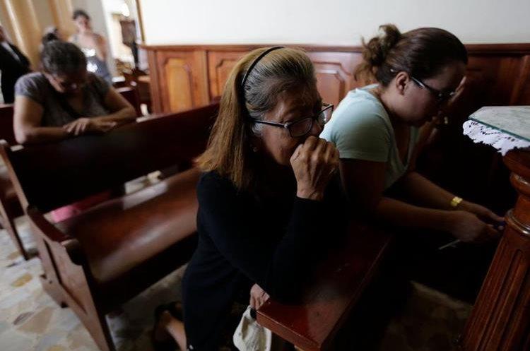 Un grupo de mujeres rezan durante la invasión de de paramilitares sandinistas en Masaya, Nicaragua.(AFP)