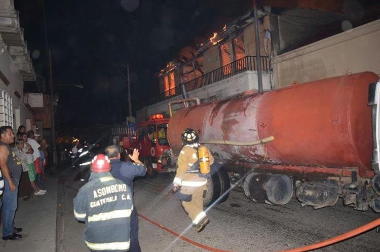 Los bomberos trabajaron durante dos horas para apagar el fuego, en una casa del barrio La Bolsa, Zacapa. (Foto Prensa Libre: Mario Morales)