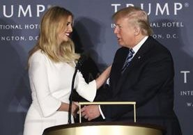 Trump saludo a su hija Ivanka Trump durante la inauguración de Trump International Hotel en Washington.(AP).