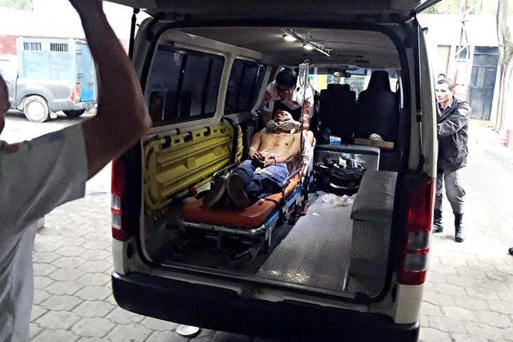 Reo es trasladado al HRO por Bomberos Voluntarios. (Foto Prensa Libre: Carlos Ventura)