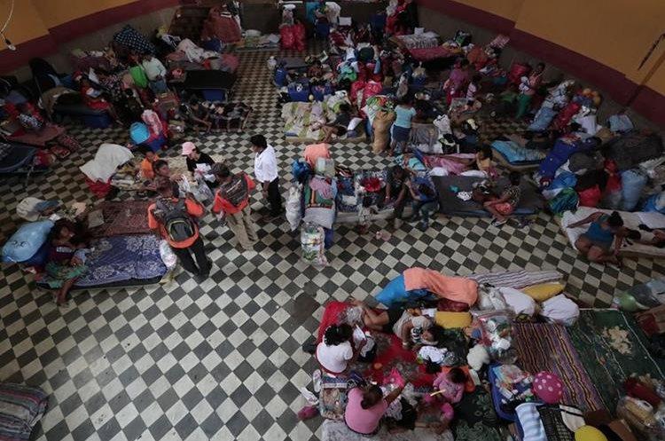 Entidades instan a apresurar el establecimiento de viviendas para las familias en los albergues. Recinto José Martí, en Escuintla. (Foto Prensa Libre: Álvaro Interiano)