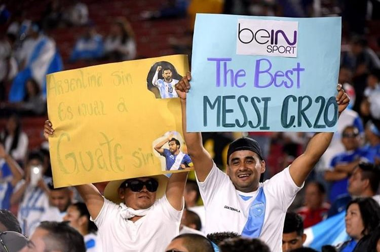 Los aficionados mostraron su apoyo por Messi y CR7.