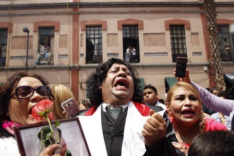 Personas asisten a un homenaje al cantante Juan Gabriel por el primer aniversario de su muerte hoy, lunes 28 de agosto de 2017, en la plaza Garibaldi de Ciudad de México (Foto Prensa Libre: EFE).