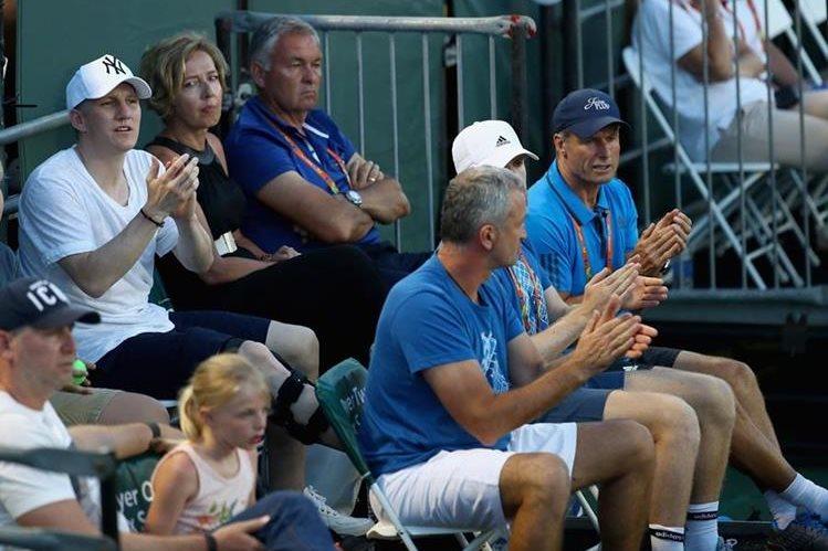 Bastian Schweinsteiger, sufrió una lesión de rodilla en un entrenamiento con la selección alemana. El mediocampista alemán observó un partido de tenis, mientras llevaba en la pierna derecha un protector. (Foto Prensa Libre: AFP)