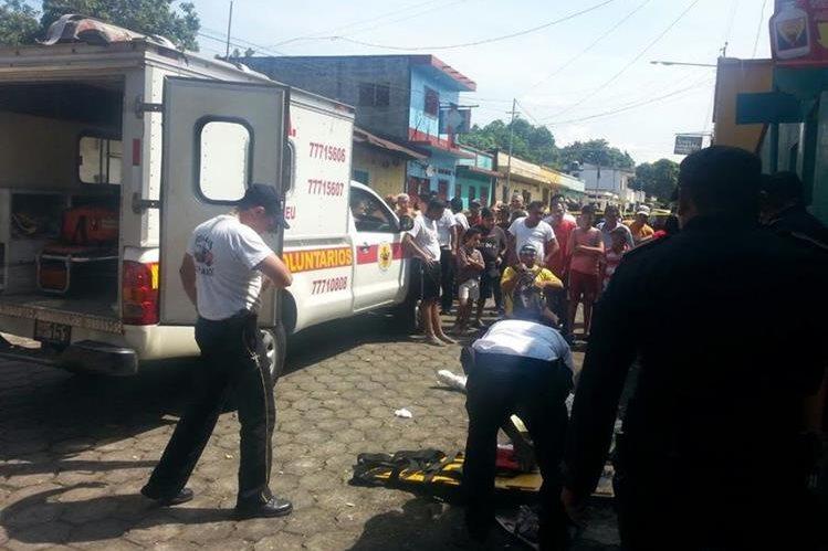 Socorristas resguardan el cadáver de Alvaro Leonel Gamarro Torres, de 34 años. (Foto Prensa Libre: Rolando Miranda).