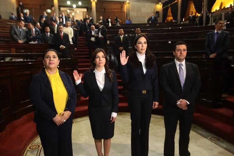 Elizabeth Nicté Paz Pineda (segunda) y Melanie Marié Müller (tercera),al momento de ser nombradas como representantes de Conamigua.(Foto Prensa Libre: Hemeroteca PL)