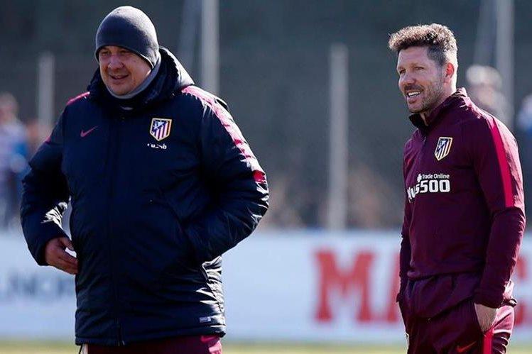 El técnico argentino Diego Simeone (derecha) sonríe mientras observa el entrenamiento de su equipo en Madrid. (Foto Prensa Libre: Atlético de Madrid)