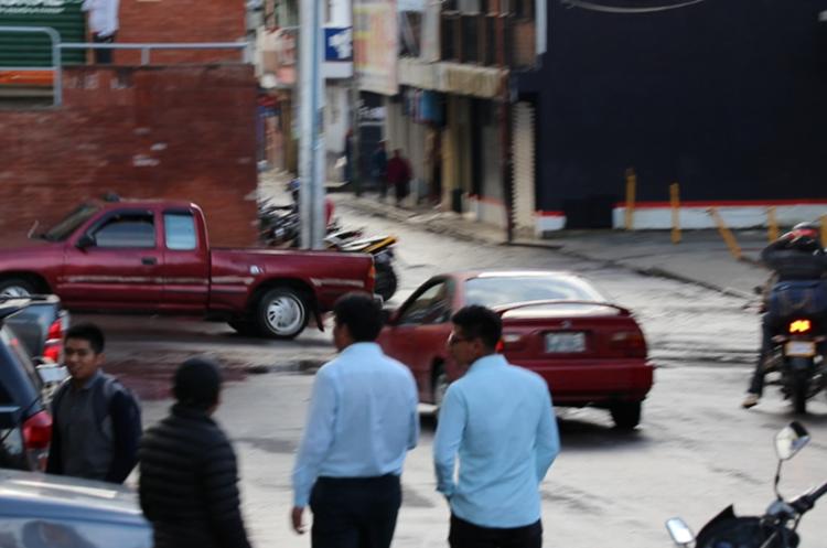 """El diputado se retiró del parque central debido a los gritos de los manifestantes, quienes le decían """"corrupto"""". (Foto Prensa Libre: Héctor Cordero)"""