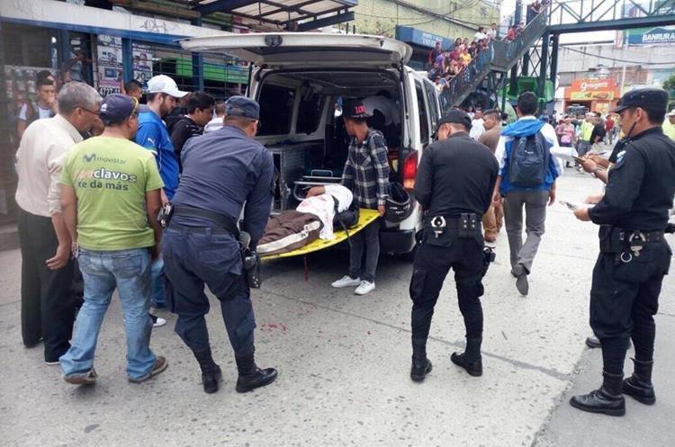 Socorristas brindan primeros auxilios a estudiantes heridos en ataque armado, registrado en la zona 6 capitalina. (Foto Prensa Libre: Amílcar Montejo)