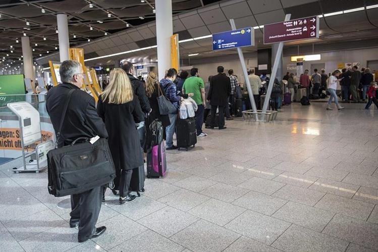 Miles de viajeros fueron afectados por la cancelación de los vuelos. (Foto Prensa Libre: EFE)