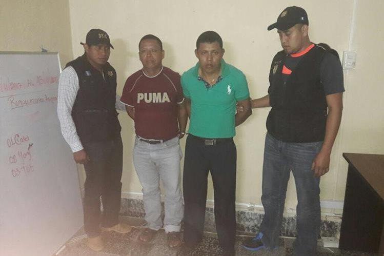 Los dos hombres detenidos fueron trasladados a un juzgado de Cobán. (Foto Prensa Libre: PNC).