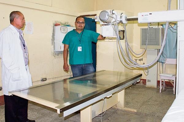 El director del hospital de Melchor de Mencos muestra aparato de rayos X que fue reparado por la Brigada Médica Cubana.