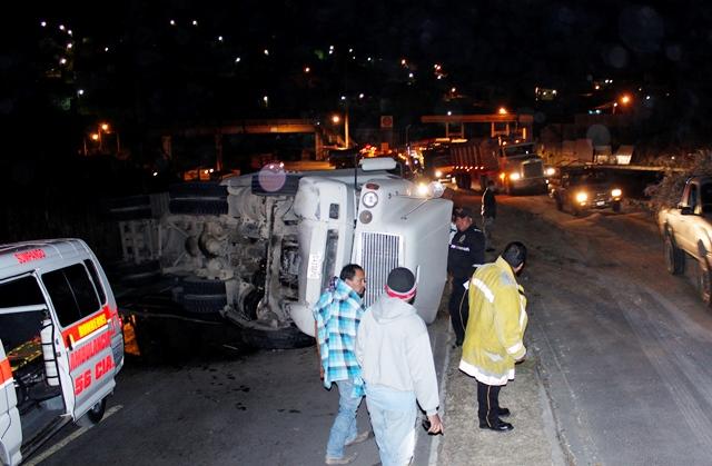 El tráiler quedó atravesado en la doble carril de la vía que lleva al occidente. (Foto Prensa Libre: Víctor Chamalé)