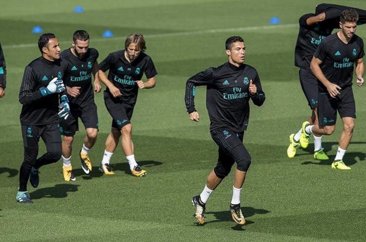 Cristiano Ronaldo  en el entrenamiento del Real Madrid previo al juego con el Real Betis en la Liga española. (Foto Prensa Libre: EFE)