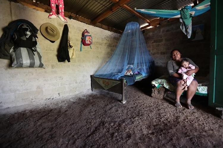Marta Alicia Aguilar, junto a sus hijos José Miguel y Angélica Marisol, quienes han sido tratados por desnutrición en más de una ocasión. (Foto Prensa Libre: Esbin García)