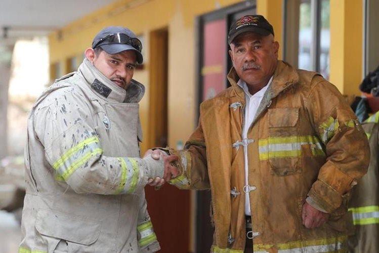 Los socorristas Érick Pérez y Raúl Martínez muestran parte del equipo que utilizaron durante el control del incendio forestal en Las Charcas, zona 11 de la capital. (Foto Prensa Libre: Érick Ávila)