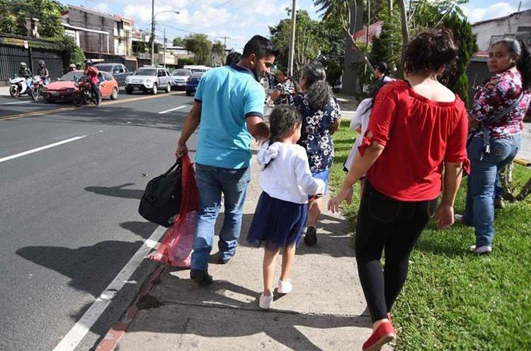 Un núcleo familiar que fue deportado recientemente desde EE. UU. (Foto Prensa Libre: AFP)