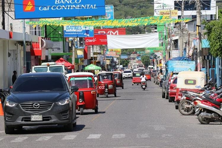 Las calles de Guastatoya se visten de gala para recibir al pelotón multicolor. (Foto Prensa Libre: Hugo Oliva)