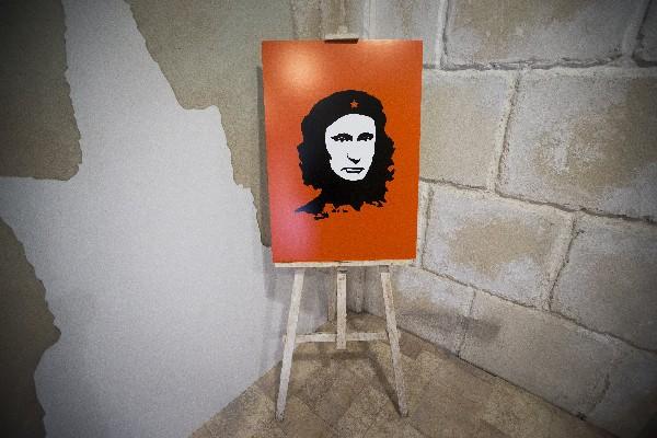 """Una pintura representa a Vladimir Putin como líder revolucionario argentino Ernesto """"Che"""" Guevara."""