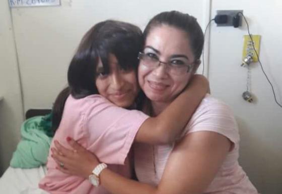 Una de la voluntarias -con lentes- abraza a una de las pacientes beneficiada con peluca. (Foto Prensa Libre: Cortesía Cabello por Sonrisas).