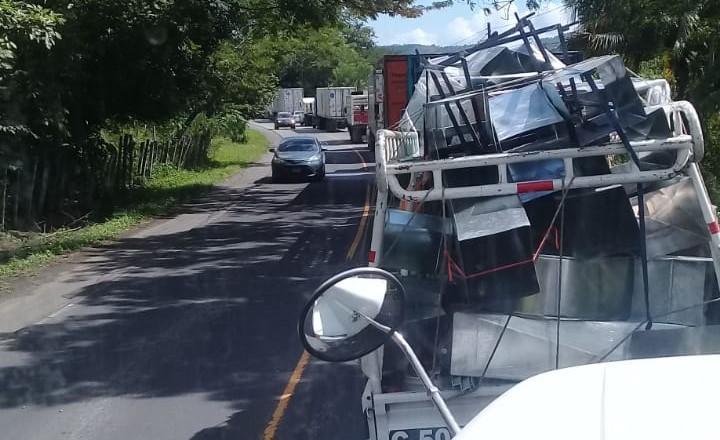 Luego del ataque contra Byron Mauricio Archila Morales, el tránsito vehicular se vio afectado en Gualán, Zacapa. (Foto Prensa Libre: Mario Morales)