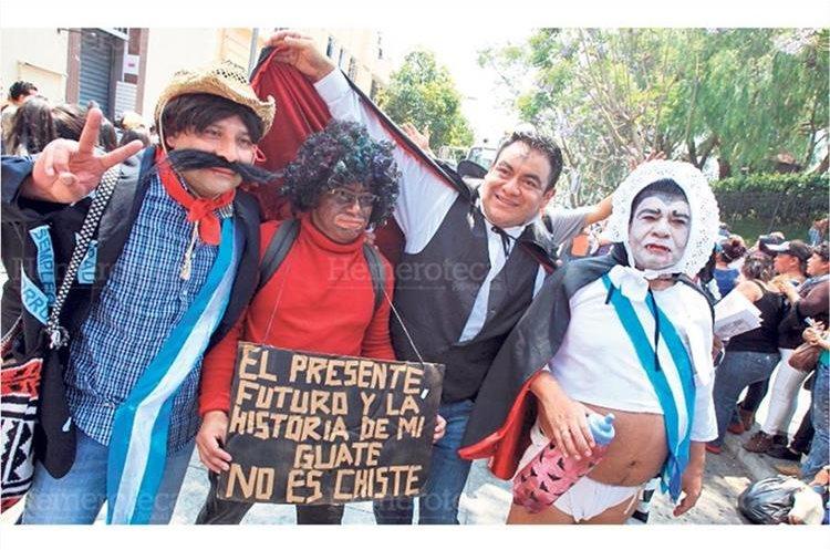 Estudiantes de la Universidad de San Carlos hacen una parodia sobre Jimmy Morales y su programa Moralejas. 19/3/2016. (Foto: Hemeroteca PL)
