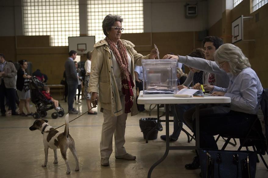 Una ciudadana deposita su voto. La participación es de 36.87%, muy similar a las de diciembre del 2015. (Foto Prensa Libre: AP).