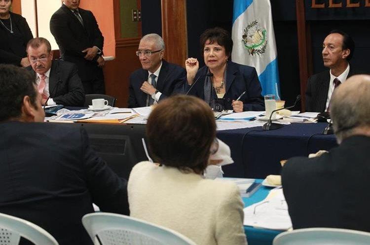Diputados de la Comisión de Asuntos Electorales reunidos con magistrados del TSE. (Foto Prensa Libre: Hemeroteca PL)