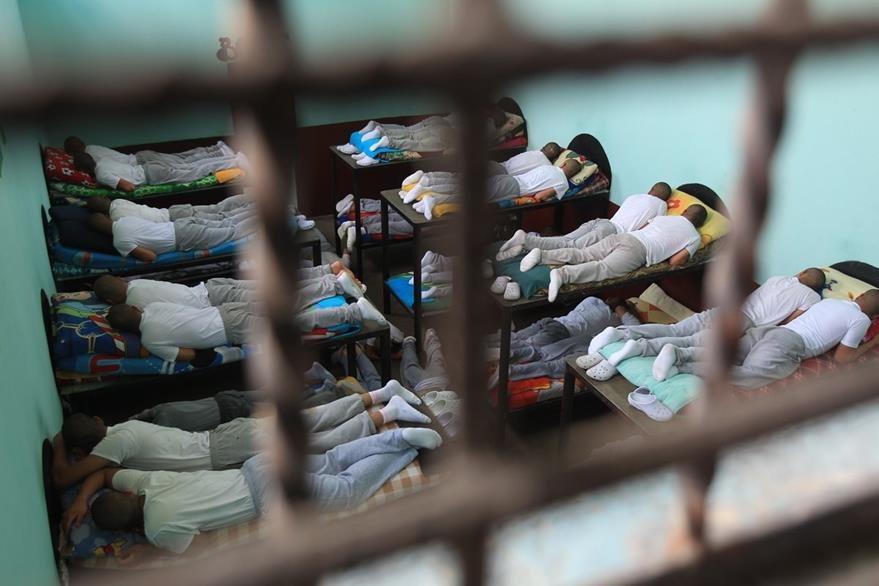Los menores deben compartir una plancha de cemento entre dos por el hacinamiento en el Centro Juvenil de Detenció—n Provisional. (Foto Prensa Libre: Hemeroteca PL)