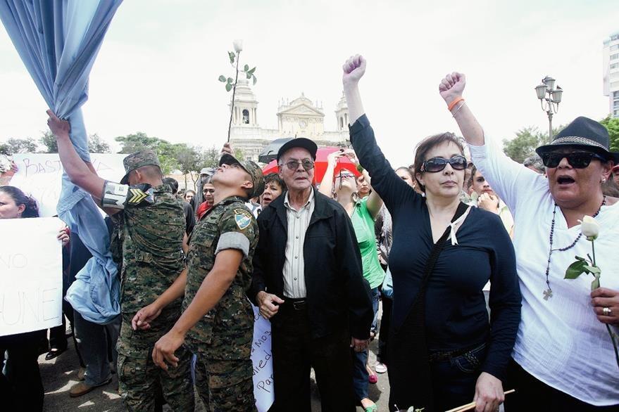 Manifestantes hacen un plantón en la Plaza de la Constitución repudiando el crimen contra Cabral, el 9 de julio de 2011. (Foto: Hemeroteca PL)