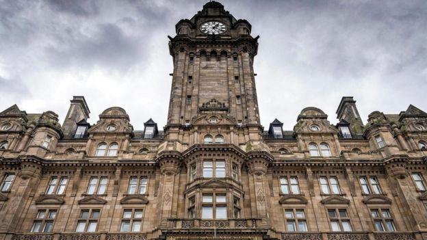 El reloj en la parte superior del Hotel Balmoral en Edimburgo, Escocia, está casi siempre adelantado tres minutos (Crédito: Francesco Dazzi / Alamy)