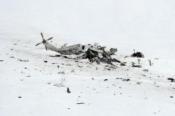 Imagen del helicóptero de emergencias accidentado en Lucoli, en Los Abruzos,Italia.(AFP).