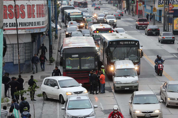 Intenso tráfico ha generado las pesquisas que llevan a cabo autoridades en la zona 6. (Foto Prensa Libre: Érick Ávila)