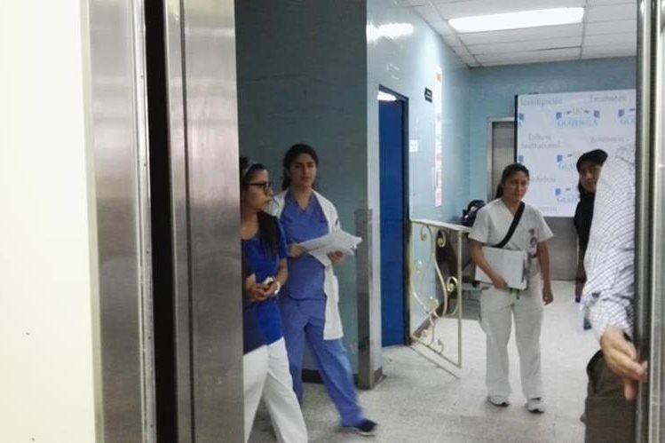 Entre 3 y 5 minutos deben esperar para que un ascensor llegue al primer nivel del hospital. (Foto Prensa Libre: Roni Pocón)
