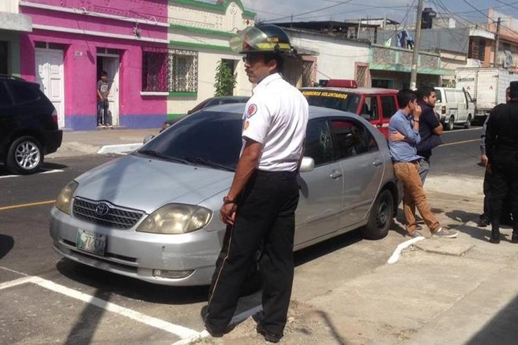 Vehículo que conducía Brenda Liseht Montúfar Muñoz. Foto Prensa Libre: Bomberos Voluntarios.