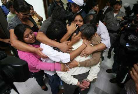 Reyes Collin Gualip es abrazado por sus familiares, quienes afirman que él es inocente.
