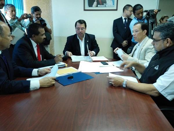 Los comisionados durante la reunión la mañana de este viernes en la oficina del diputado Salvador Baldizón. (Foto Prensa Libre: E. Bercián)