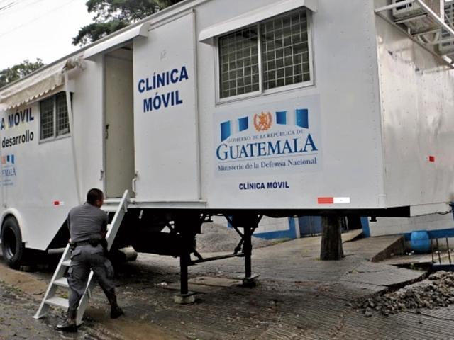 En dos clínicas móviles se atienden a los privados de libertad, luego del atentado en el Hospital Roosevelt, en agosto del año pasado.