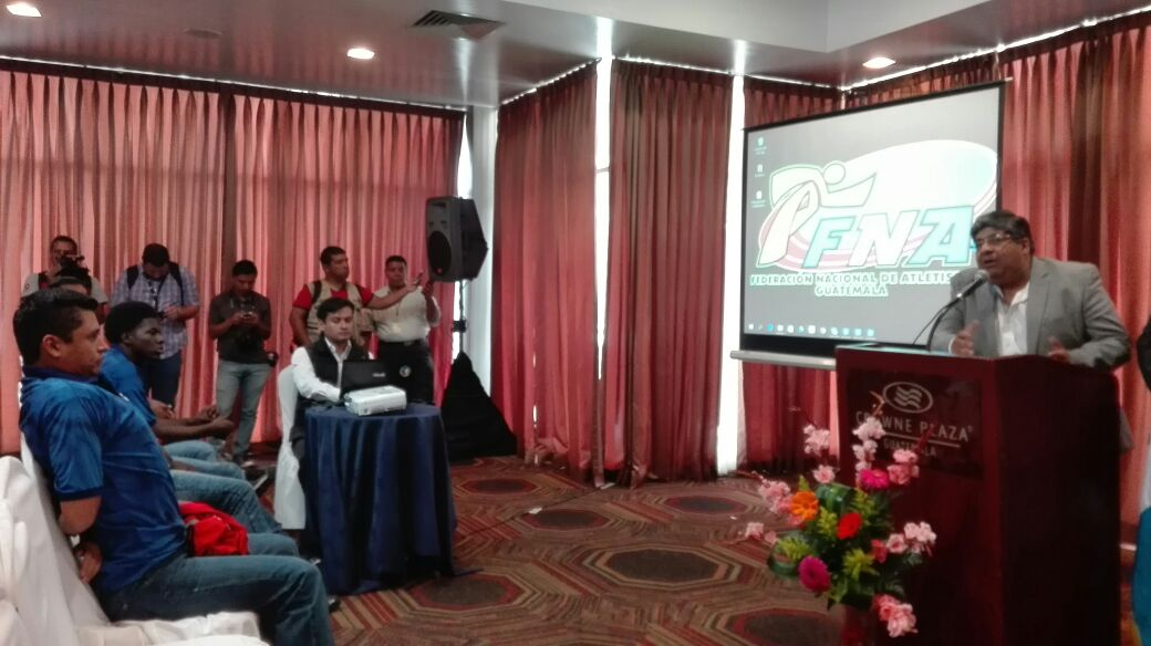 Érick Barrondo (izquierda), estuvo presente durante el anuncio de su nuevo entrenador. (Foto Prensa Libre: Jeniffer Gómez).