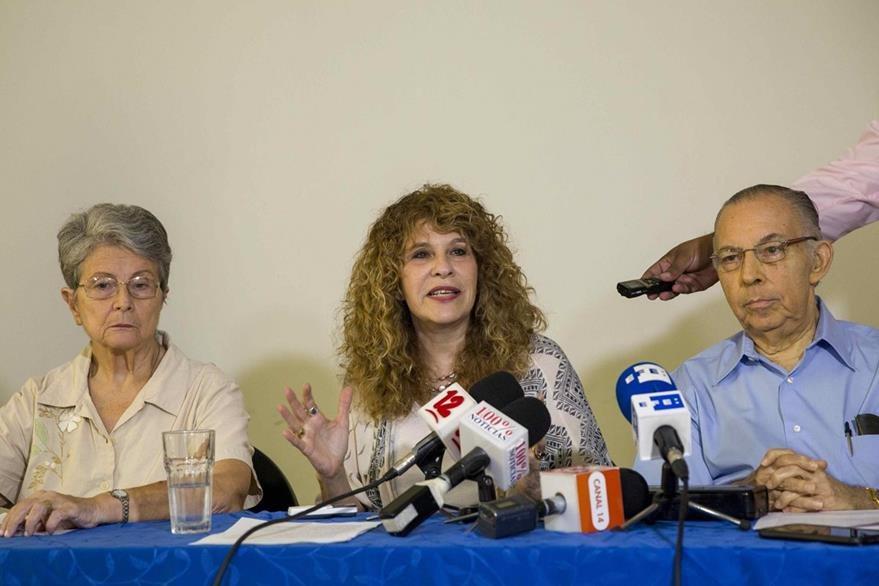 La poeta Gioconda Belli (al centro) habla durante una conferencia de prensa para solicitar a la OEA que acuerde la cancelación de las elecciones del 6 de noviembre. (Foto Prensa Libre: EFE).