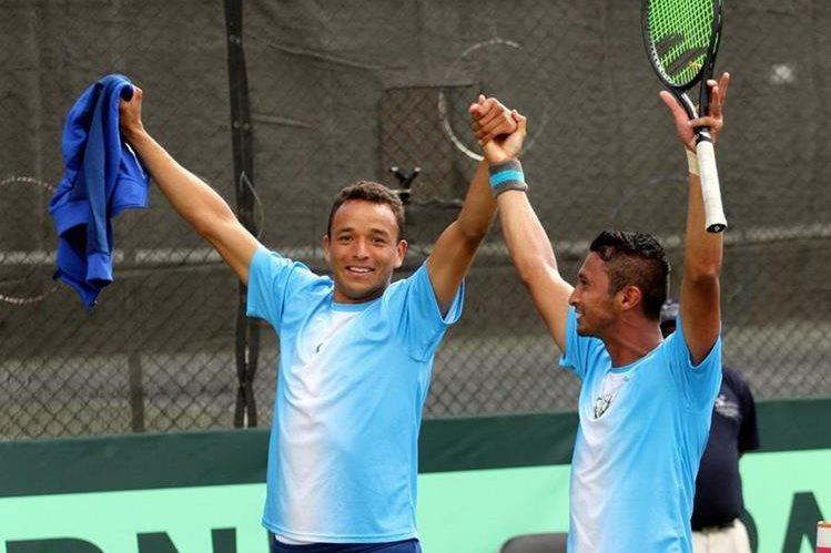 Wilfredo González y Christopher Díaz festejan luego de imponerse a México en la serie de Copa Davis. (Foto Prensa Libre: COG)