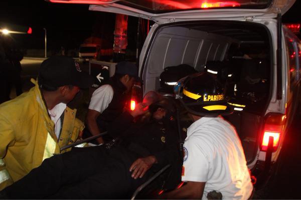 Bomberos Voluntarios atienden y trasladan a los agentes de PNC heridos en disturbios de alotenango. (Foto Prensa Libre: Miguel López)
