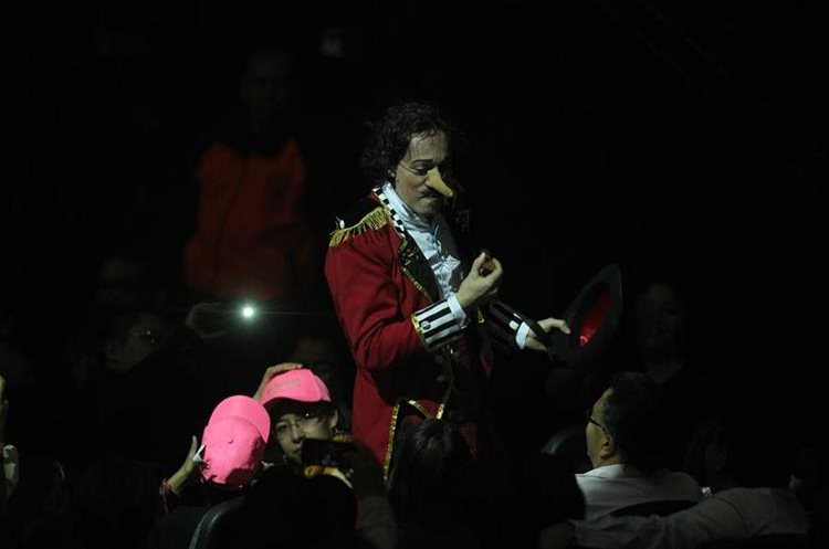 El artista guatemalteco Panchorizo interactúa con el público durante uno de los conciertos de Ricardo Arjona, la noche del miércoles pasado, en Toluca,  México (Foto Prensa Libre: Keneth Cruz).