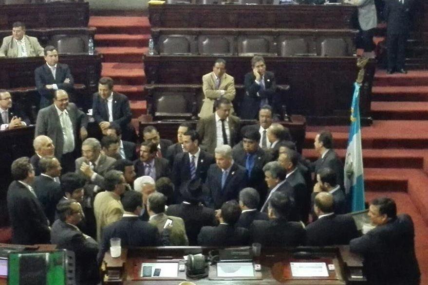 Diputados de varias bancadas y sus jefes de bloques discuten con la Junta Directiva previo a comenzar la sesión. (Foto Prensa Libre: E. Bercián)