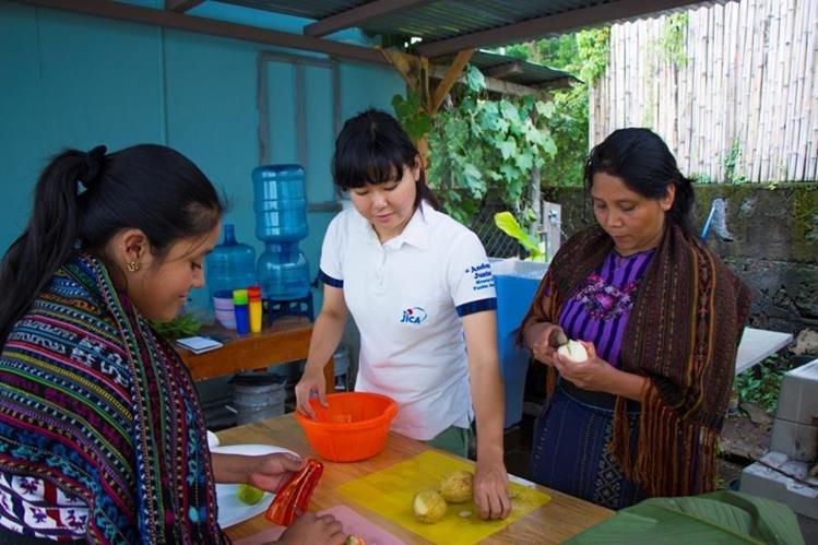 Voluntarios japoneses apoyan programas que incluyen a la comunidad para generar desarrollo. (Foto Prensa Libre: Cortesía Jica).